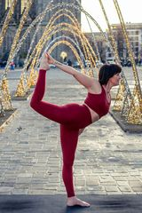 Yoga-Figuren auf dem Domplatz