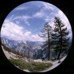 Yosemite Nationalpark: Der Halfdome und die Bridal-Veil-Falls vom Glacier Point aus