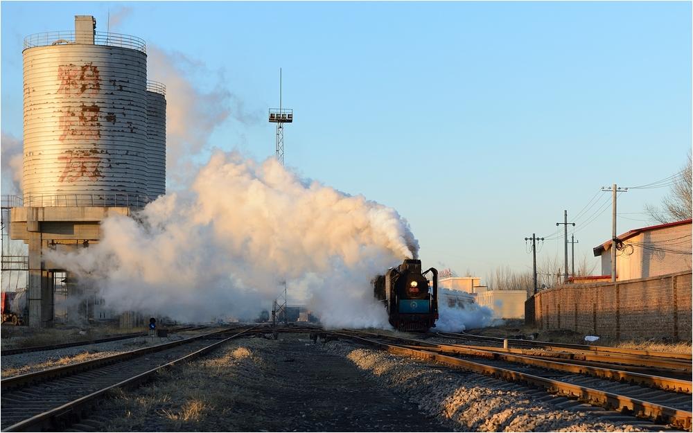 Yuanbaoshan 2013 - II - Personenzug mit großen Blechen