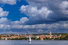Zadar gegen Velebit Gebirge, Dalmatien, Kroatien