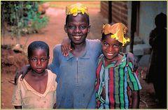 Zanzibar 2001 - Mr. Mitu's Spice Tour 003 - Kinder mit Blätterschmuck