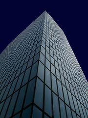 Zart bestrahlte Hochhausfassade in Blau
