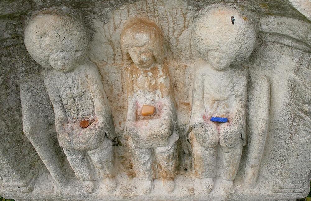 Zeitgenössische Opfergaben auf einem ausgegrabenen Weihestein