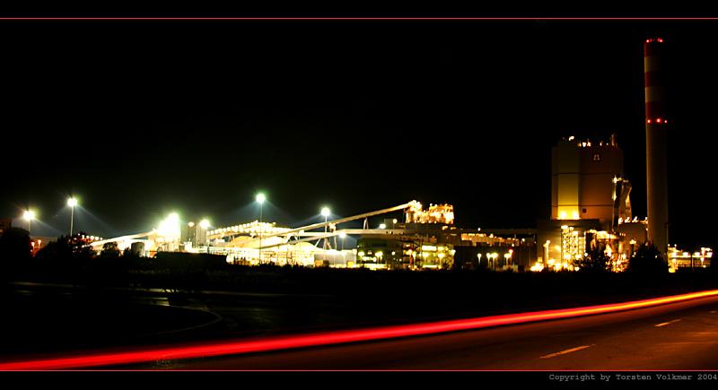 Zellstoffwerk bei Nacht im Panorama
