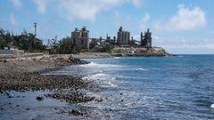 Zementwerk und Meer
