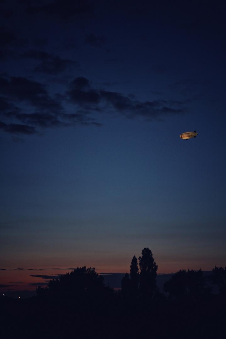 Zeppelin bei Nacht
