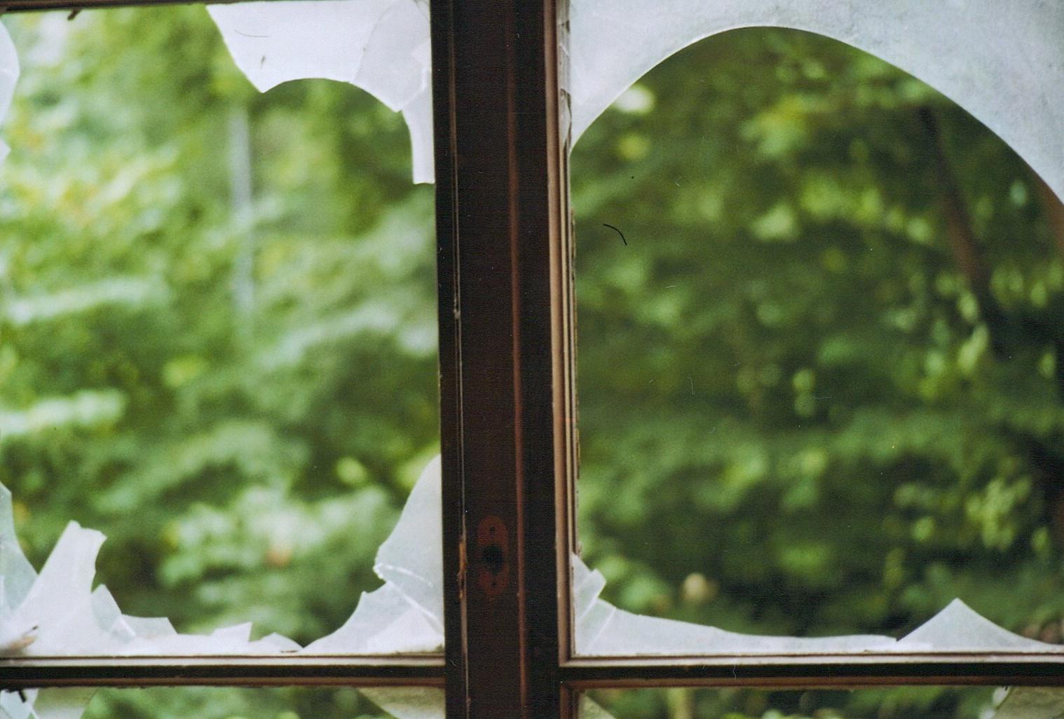zerbrochenes glas foto bild architektur lost places analog bilder auf fotocommunity. Black Bedroom Furniture Sets. Home Design Ideas