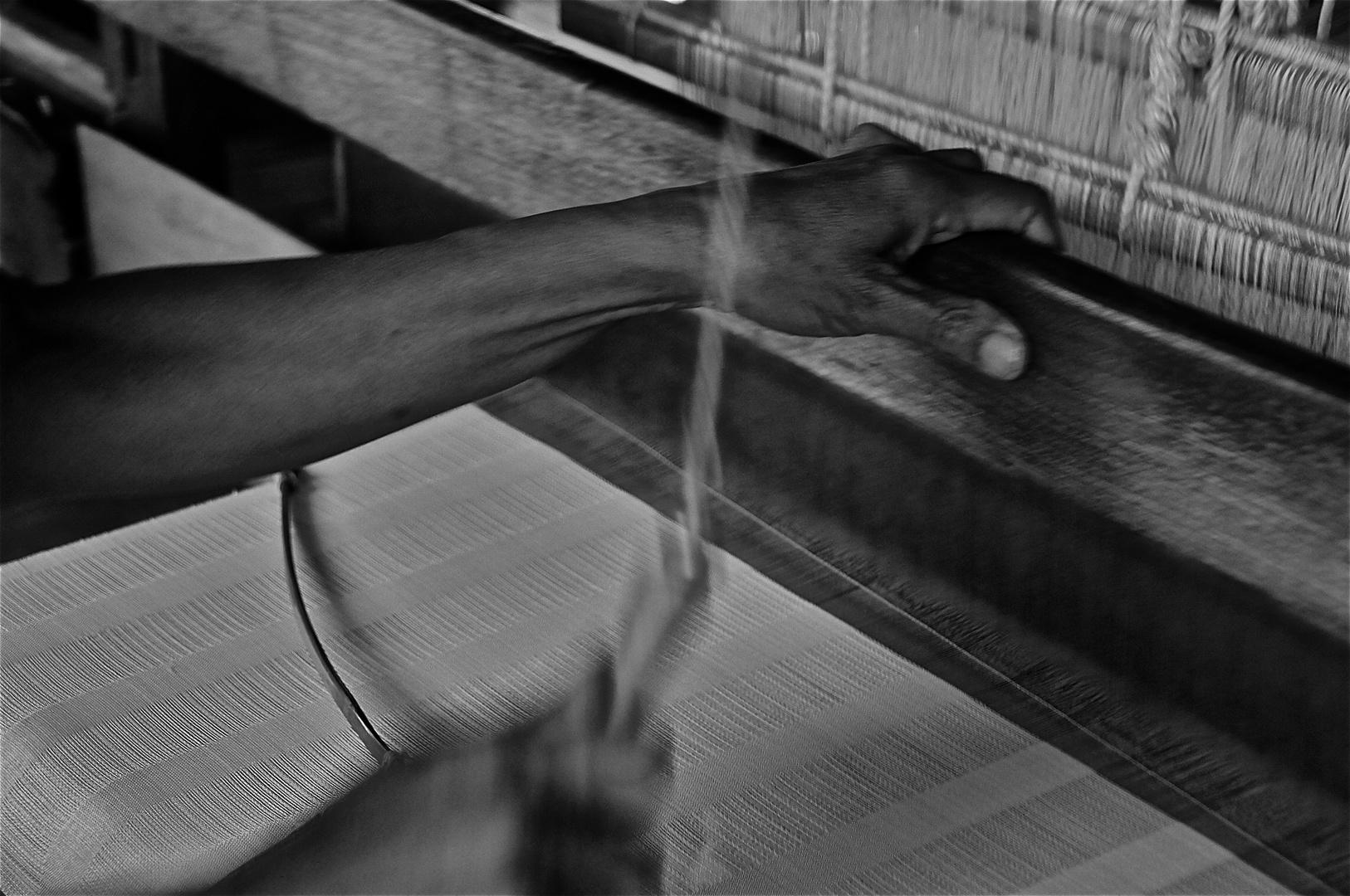 ziehen des weberschiffchens, bei den weberinnen am inle see, burma 2011