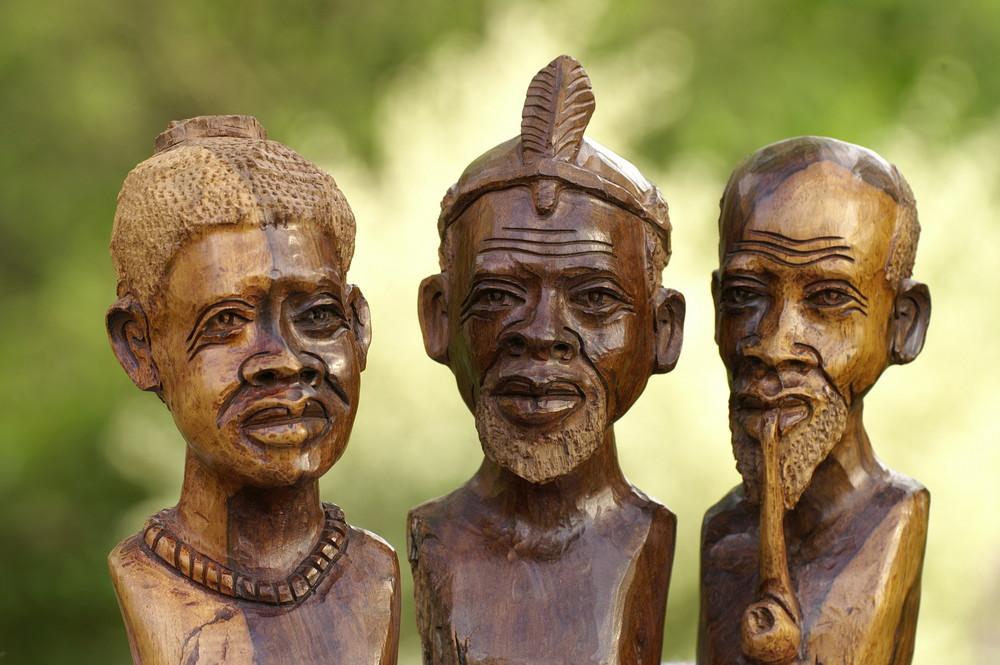 Zimbabwe - Holzschnitzkunst; Häuptling mit Frau und Medizinmann