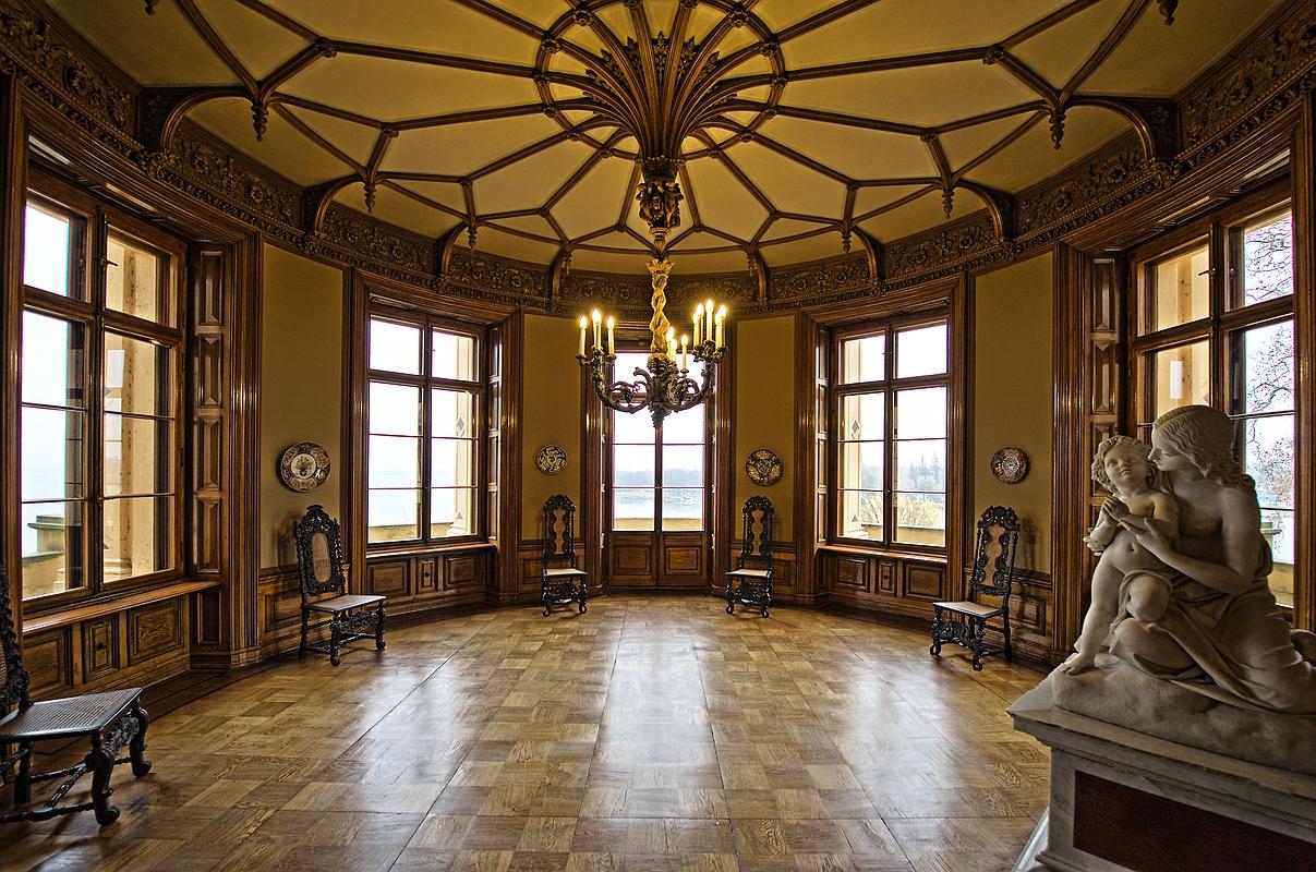 Zimmer mit Skulptur