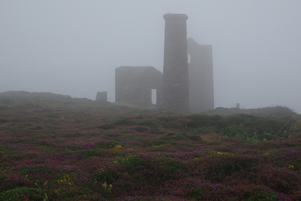 Zinnmine im Nebel