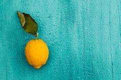 Zitrone auf Tisch