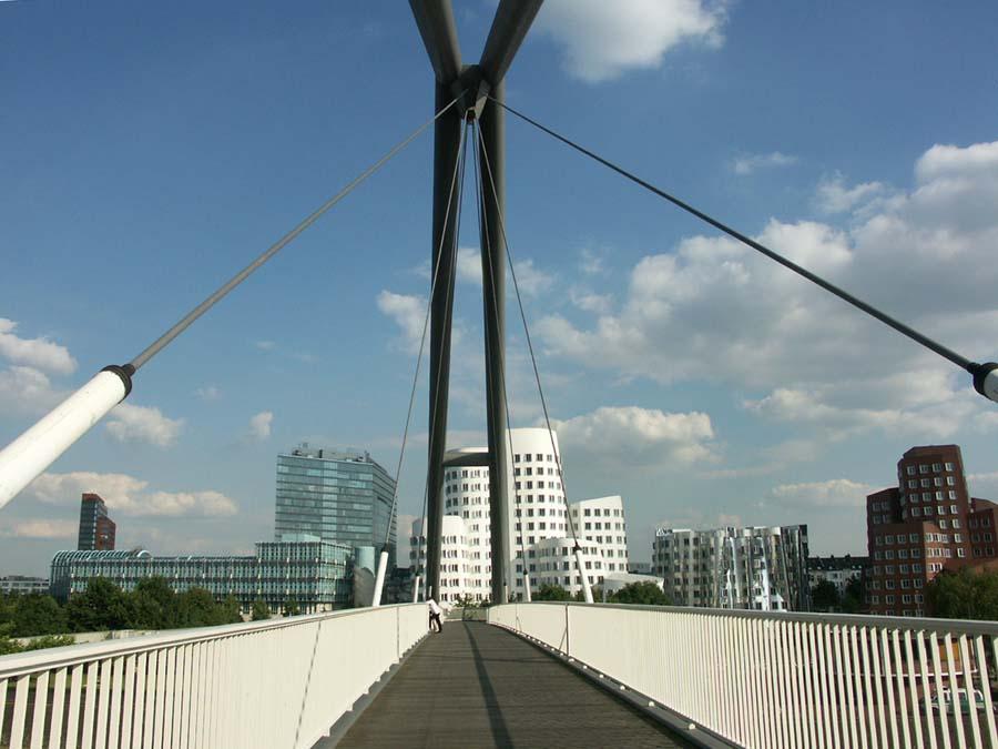 zu Fuß über die Hafeneinfahrt des Mediahafen Düsseldorfs