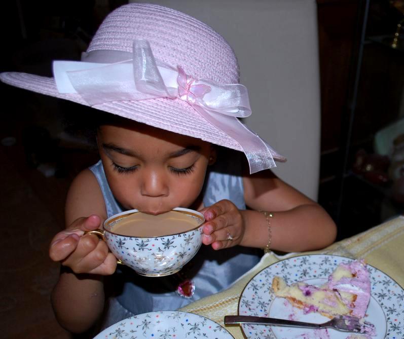 Zu Omas Geburtstag schmeckt der Kinderkaffee besonders gut! Mniam