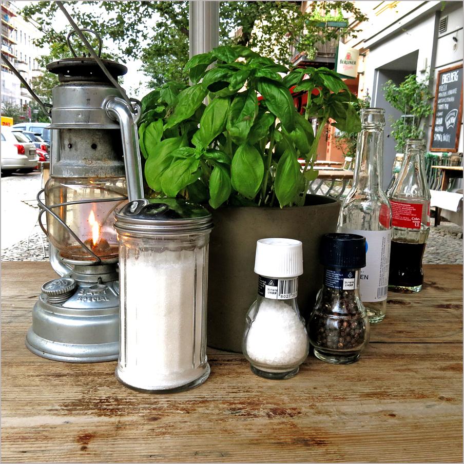 Zucker, Salz und Pfeffer an Basilikum