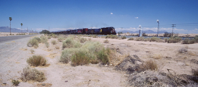 Züge in der Wüste in Arizona auf dem Wege nach Yuma bei über 120 Grad Fahrenheit...