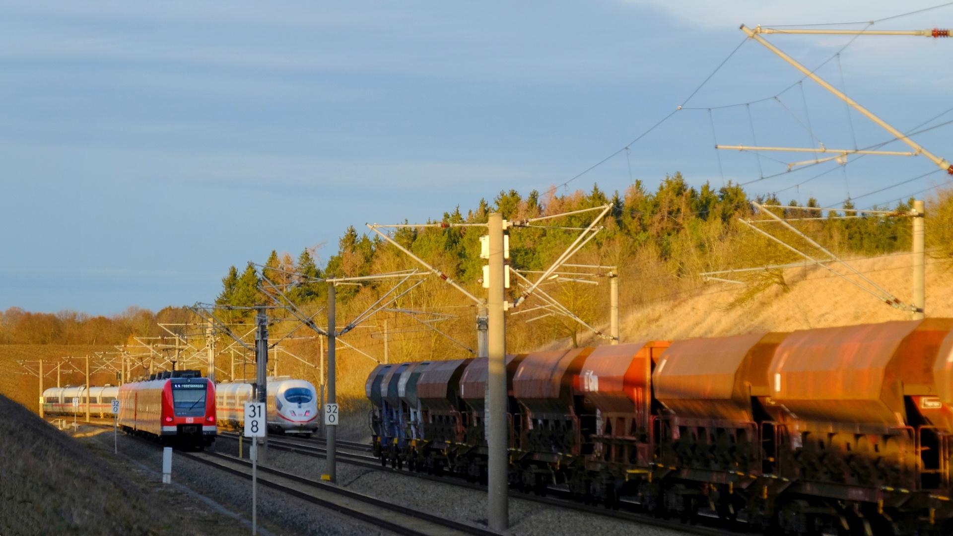 Zugbegegnung Güter~ICE~S-Bahn