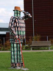 Zum Wohl! Dosen-Skulptur in Faarborg, Dänemark