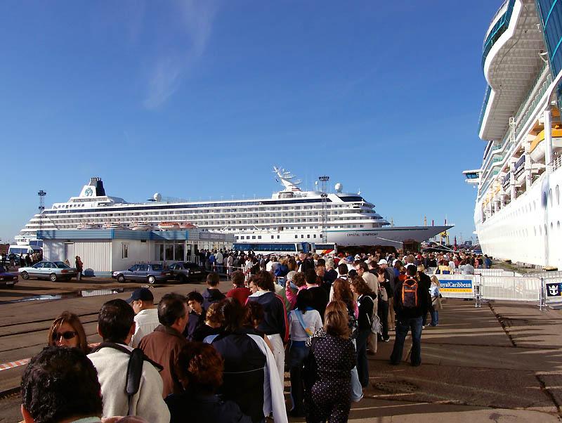 Zur Einreisekontolle im Hafen von St. Petersburg
