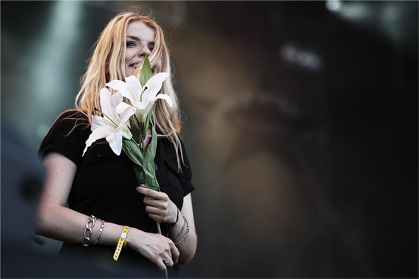 zurück mit einem Strauss Blumen