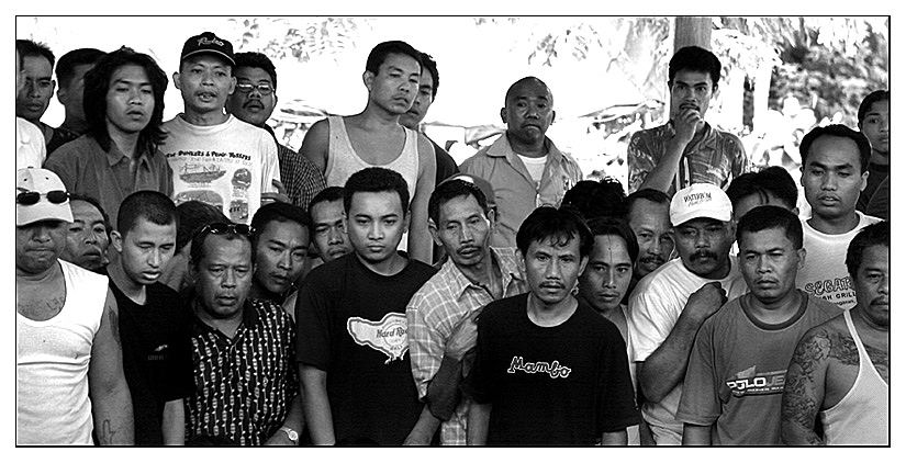 Zuschauer bei einem Hahnenkampf auf Bali