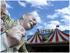 zwei ältere herren überlegen, ob sie in den circus gehen sollen ...