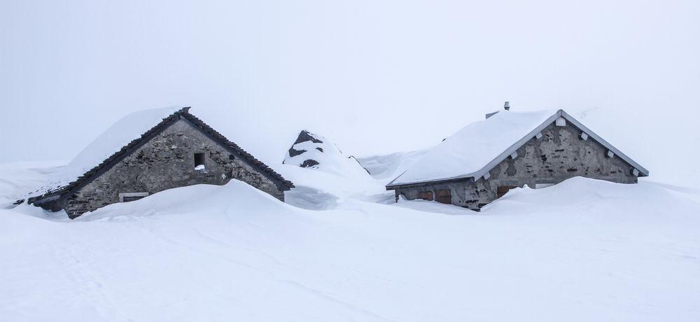Zwei Alphütten im Schnee
