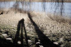 Zwei am Baum am See mit Maulwurfshaufen