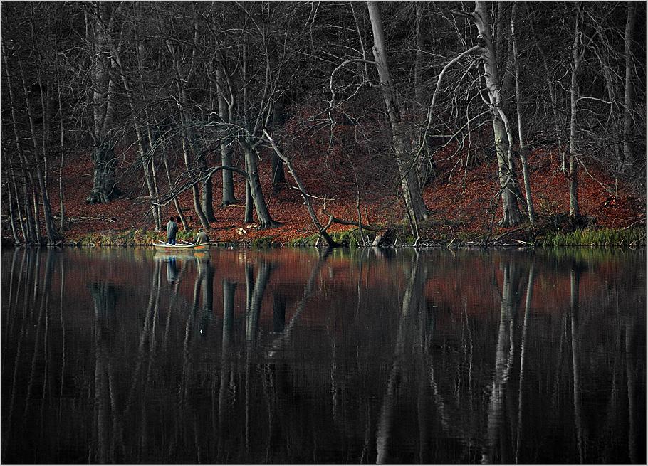 Zwei Angler in ihrem Spiegelreich