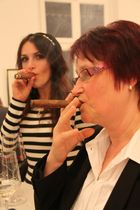 zwei Damen beim Genießen einer Cigarre
