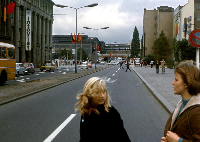 Zwei DDR-Bürgerinnen laufen in meine heimliche Aufnahme vom Bf Friedrichstr.