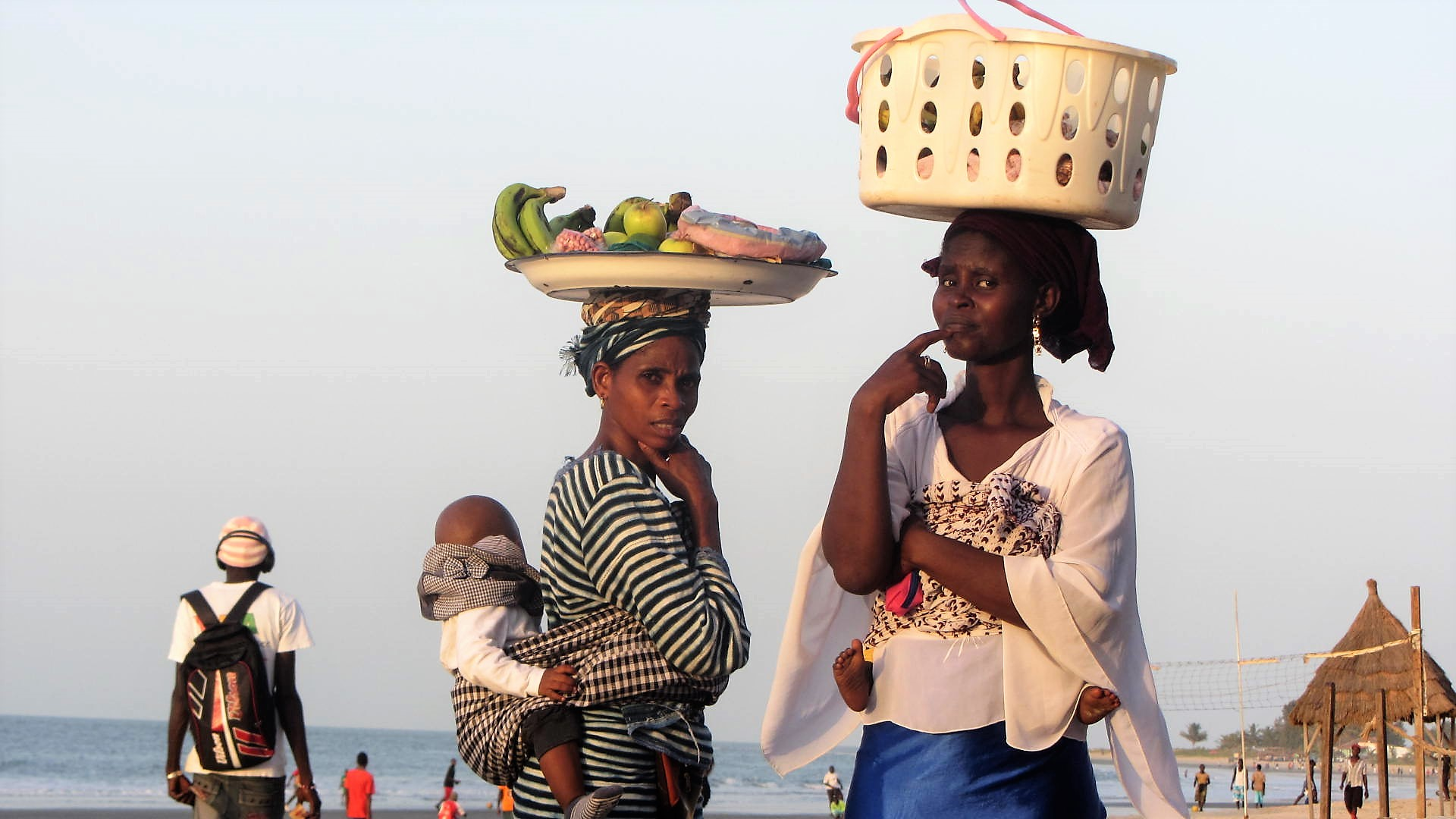 zwei Frauen Gambia cap-21-40-col von IngSt
