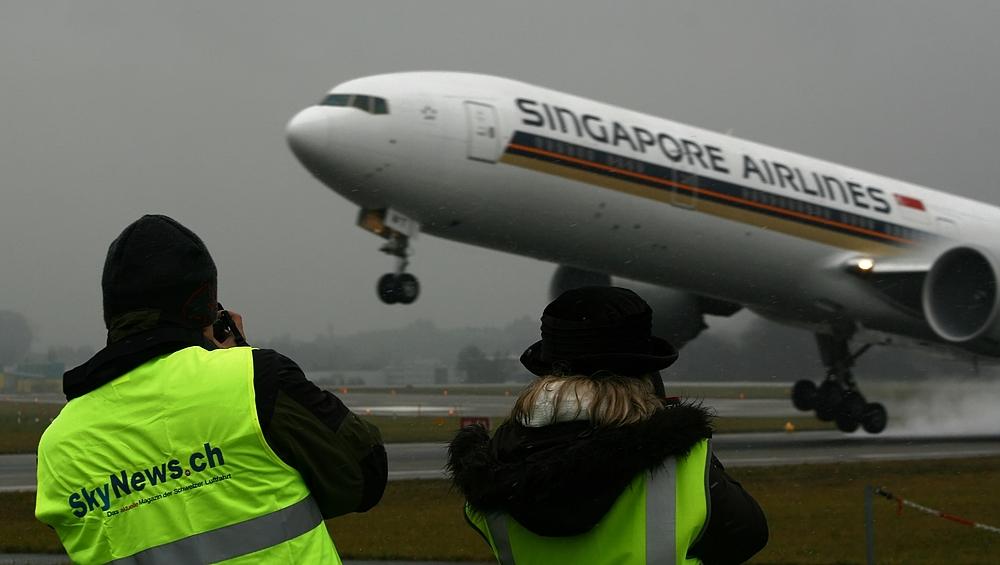 Zwei Freunde beim Spotten DER Singapore Airlines