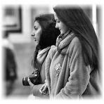 Zwei Freundinnen mit dem Fotoapparat.