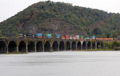 Zwei Güterzüge der Norfolk & Southern beim Überqueren des Susquehanna River , PA, USA