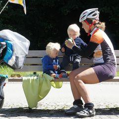 Zwei Jungen mit der Mama auf Radtour