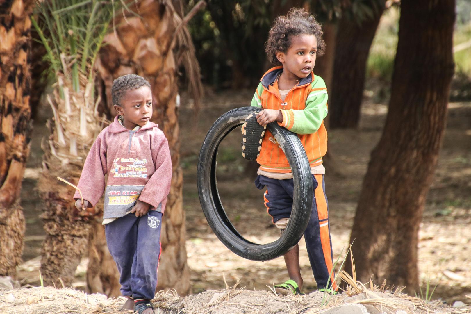 zwei Kinder spielen egypt