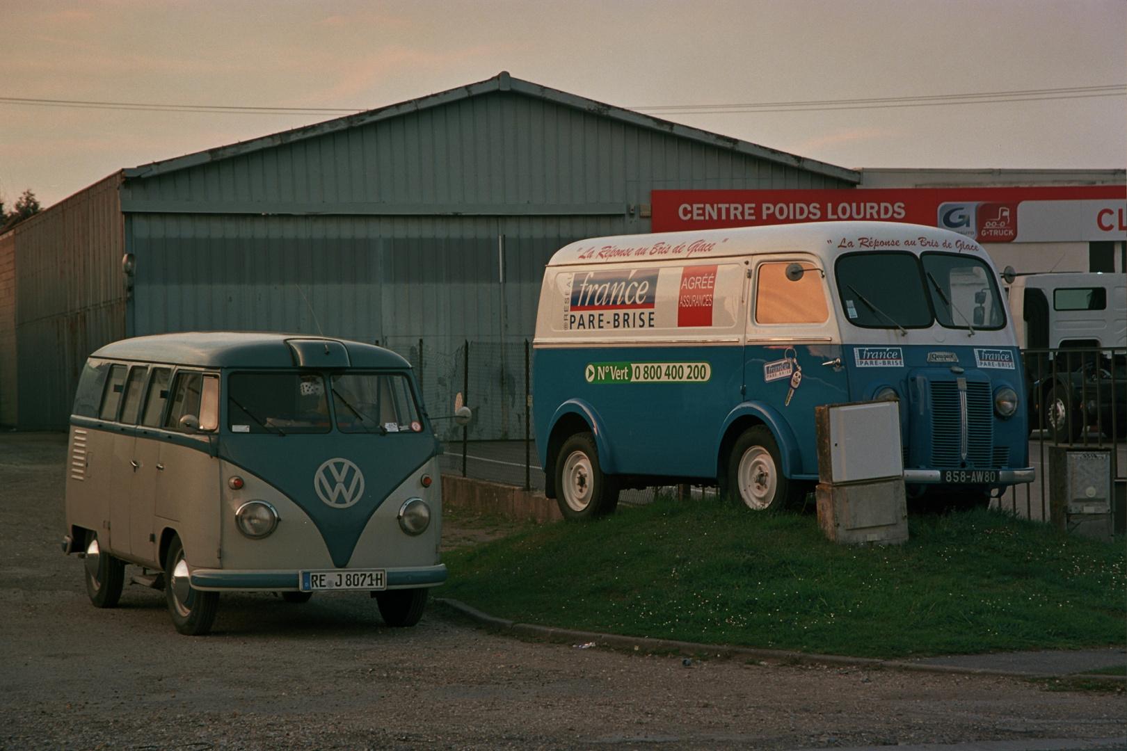 Zwei Lieferwagen in Frankreich