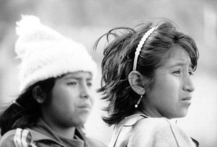 Zwei Mädchen in den peruanischen Anden.