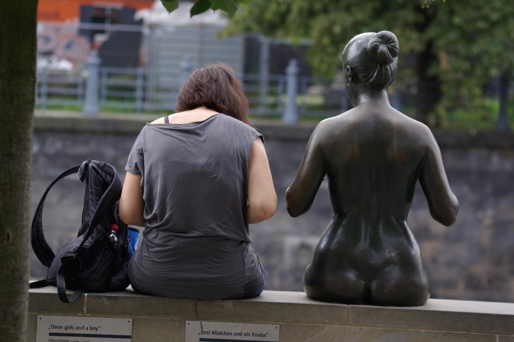 Zwei Mädchen und ein Rucksack