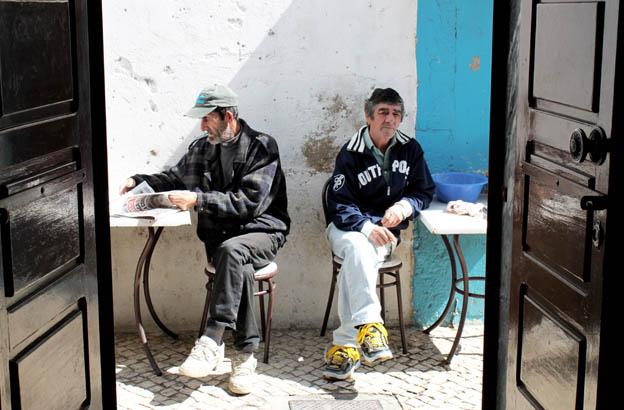 zwei Männer in einer Bar in Olhão