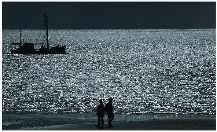 Zwei Menschen am Strand ...