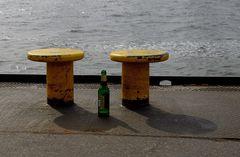 Zwei Poller,4 Kippen,eine leere Bierflasche;Welches Schicksal verbirgt sich hier ?