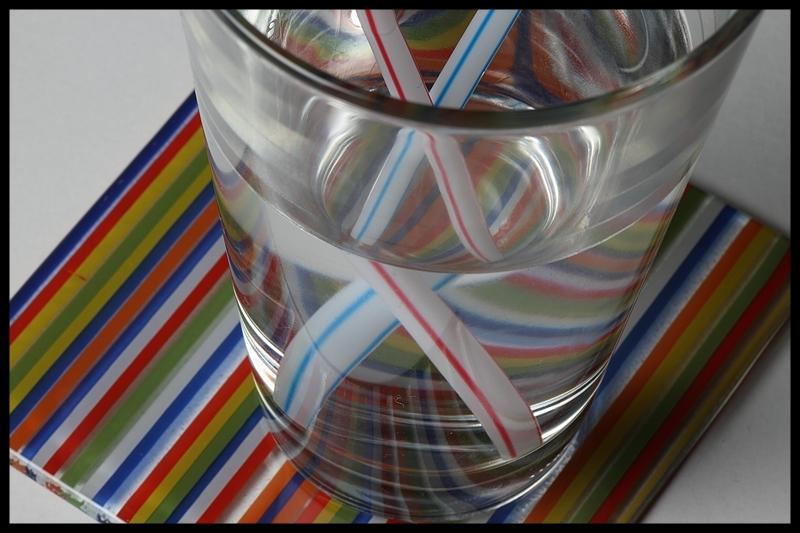 zwei strohhalme im wasserglas foto bild stillleben arrangierte szenen motive bilder auf. Black Bedroom Furniture Sets. Home Design Ideas
