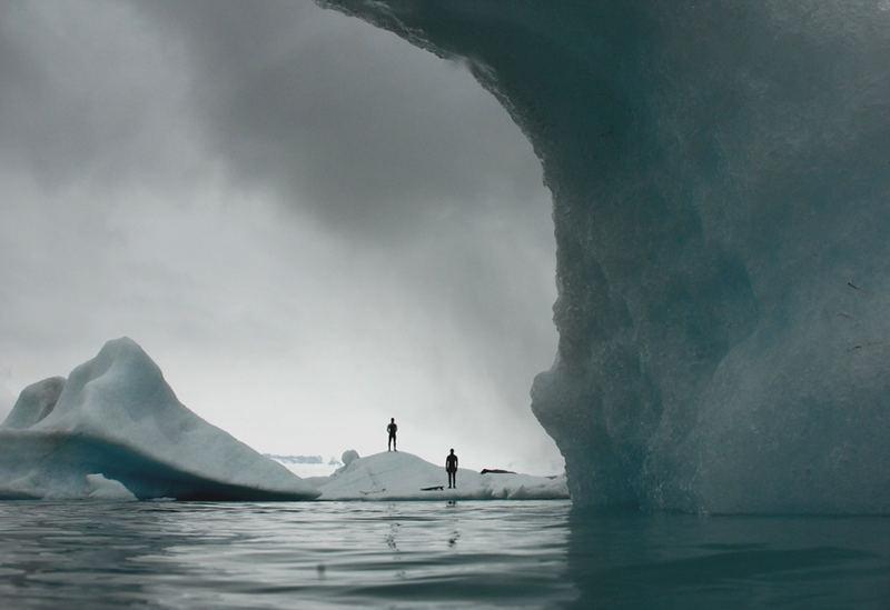 Zwei Surfer, ein Eisberg, Null Grad Wasser