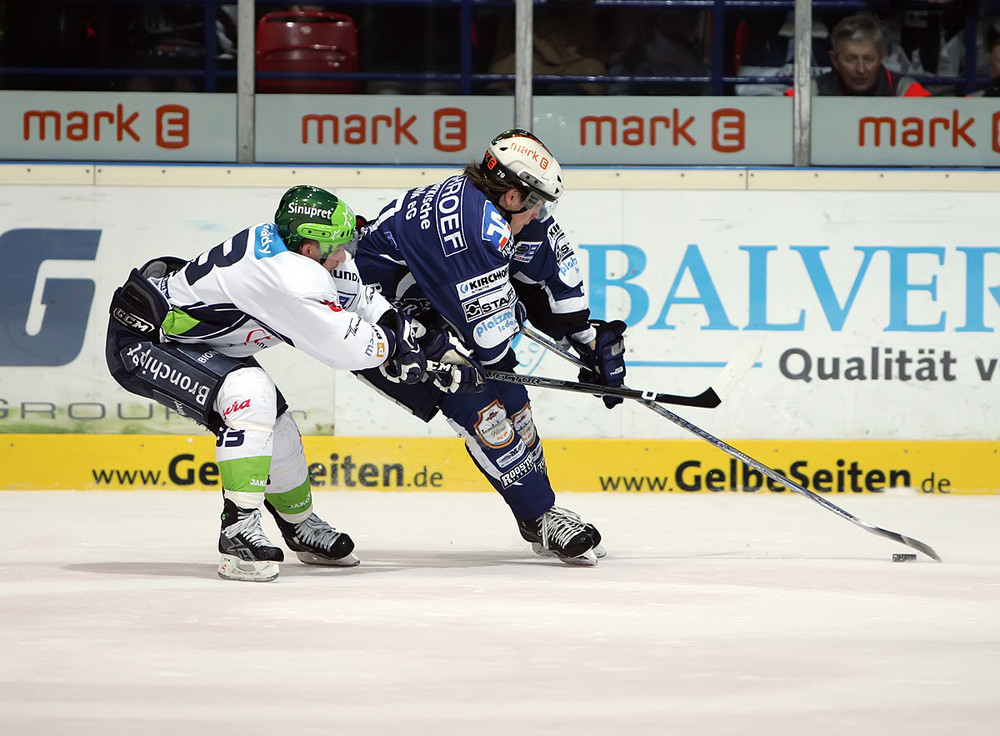 Zweikampf - [DEL] Iserlohn Roosters vs. Nürnberg Ice Tigers