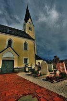 Zwischen zwei Regenschauern die Kirche von Bernau am Chiemsee