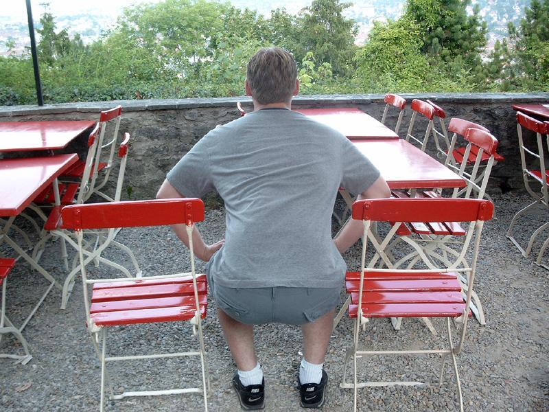 Zwischen zwei Stühlen sitzen